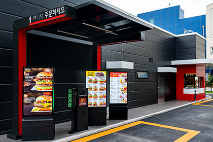 Smart Signage accelerates the full digitalization of McDonald's drive thru with Samsung's QSR Display Solutions. Explore McDonald's full digital transformation.